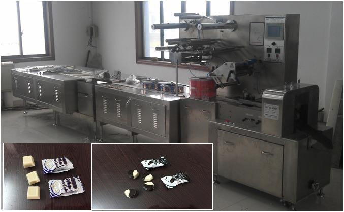 Máy đóng gói kẹo chocolate tự động dạng băng tải